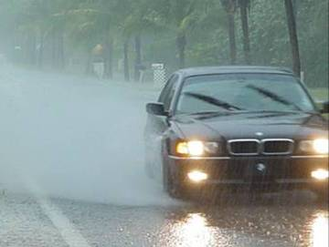 Mengendarai-Mobil-saat-Hujan